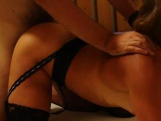 Девушка стала приставать к парню. Домашнее видео с реальным сексом молодой пары.